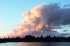 在日落的五颜六色的云彩 免版税库存图片