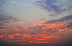 在日落的五颜六色的天空背景 免版税库存照片