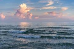 在日落的五颜六色的海景 库存图片