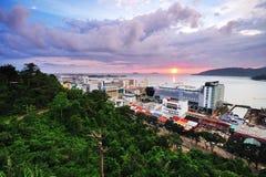 在日落的亚庇都市风景 图库摄影