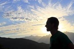 在日落的人在欧洲峰顶  库存照片