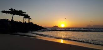 在日落的伊泰普水电站海滩 免版税库存照片
