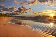 在日落的休伦湖海滩 免版税库存照片