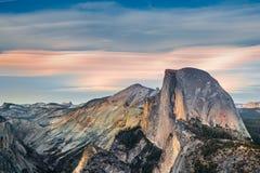 在日落的优胜美地半圆顶-加利福尼亚,美国 免版税库存照片