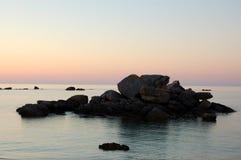 在日落的传奇海岸,不列塔尼,法国 免版税库存图片