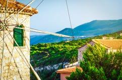 在日落的传统希腊老磨房 免版税库存图片