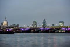 在日落的伦敦地平线从泰晤士河 免版税库存照片