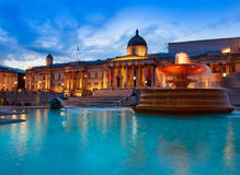 在日落的伦敦特拉法加广场喷泉 免版税库存照片