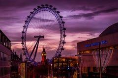 在日落的伦敦眼 免版税库存照片
