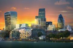 在日落的伦敦,伦敦市视图包括企业唱腔摩天大楼在日落 英国 库存照片