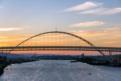 在日落的佛瑞蒙桥梁 免版税库存图片