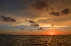 在日落的使有大理石花纹的天空 免版税库存照片
