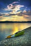 在日落的偏僻的独木舟 免版税库存图片