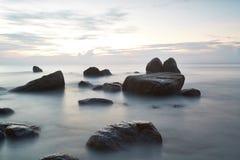 在日落的光滑的梦想的热带海滩 免版税库存图片