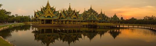 在日落的全景微型泰国大厦 免版税库存照片