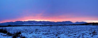 在日落的全景焕发在山 库存图片