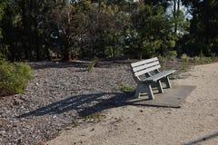 在日落的公园长椅 库存图片