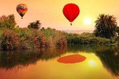在日落的冒险飞行 免版税库存图片