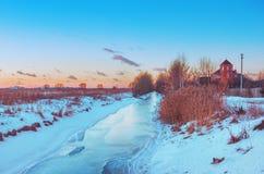 在日落的冬天农村风景 免版税库存照片