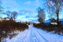 在日落的冬天农村风景 库存照片