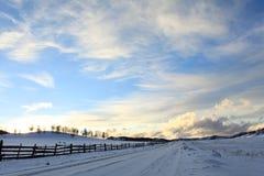 在日落的冬天小山 免版税图库摄影