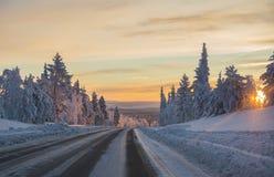在日落的冬天路 免版税库存照片