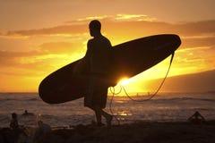 在日落的冲浪者剪影 免版税库存图片