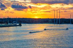 在日落的划船在Wando河Mt宜人的南卡罗来纳 图库摄影