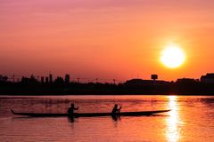 在日落的划船皮船 免版税库存图片