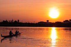 在日落的划船皮船 库存照片