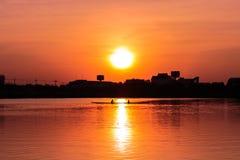 在日落的划船皮船 图库摄影