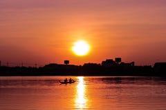 在日落的划船皮船 免版税库存照片