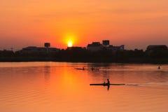 在日落的划船皮船 免版税图库摄影