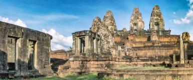 在日落的前Rup寺庙 angkor banteay柬埔寨湖lotuses收割siem srey寺庙 柬埔寨 全景 图库摄影