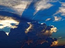 在日落的剧烈的云彩 免版税库存图片