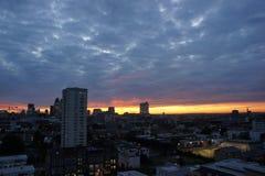 在日落的剧烈的多云伦敦地平线 免版税库存照片
