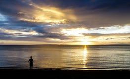 在日落的剧烈的天空与剪影 免版税库存图片
