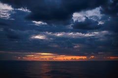 在日落的剧烈的天空 库存图片