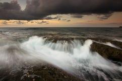 在日落的剧烈的波浪在古达,沙巴婆罗洲,东马来西亚 免版税库存照片