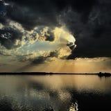 在日落的剧烈的神的光 图库摄影
