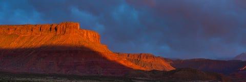 在日落的剧烈的风暴在南犹他的峡谷国家 免版税库存照片