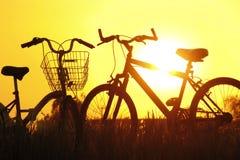 在日落的剪影自行车 免版税库存图片