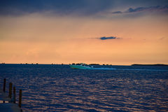 在日落的加速的小船 库存图片