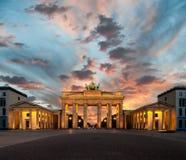 在日落的勃兰登堡门 免版税库存照片