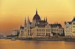 在日落的匈牙利议会 库存图片