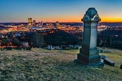 在日落的匹兹堡地平线 免版税库存图片