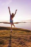 在日落的十几岁的女孩跳舞 免版税库存图片