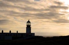 在日落的华美的现出轮廓的Neist点灯塔 免版税图库摄影