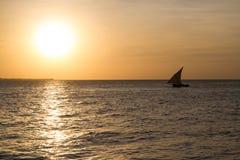 在日落的单桅三角帆船 免版税图库摄影
