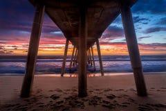 在日落的南加州码头下 免版税库存图片